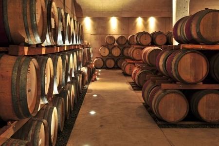 Weinfässer aus Eiche im Keller